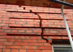 Трещина в стене дома, что делать Причины