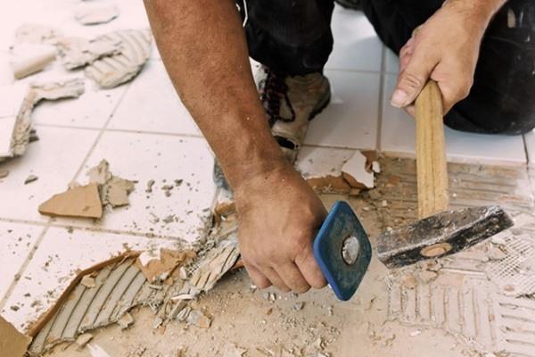 Демонтаж кафельной плитки из пола