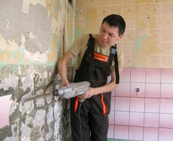 Демонтаж кафельной плитки со стены