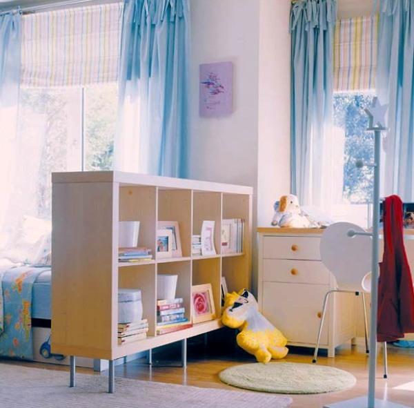 Книжный стеллаж в комнате ребенка