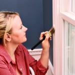 Покраска деревянного окна после завершения подготовительных работ