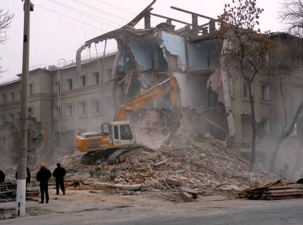 Компания по сносу здания