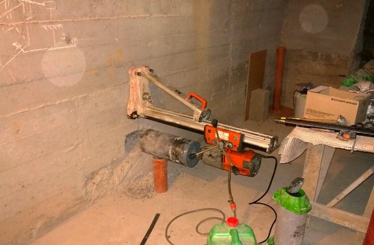 Бурение в бетонной стене